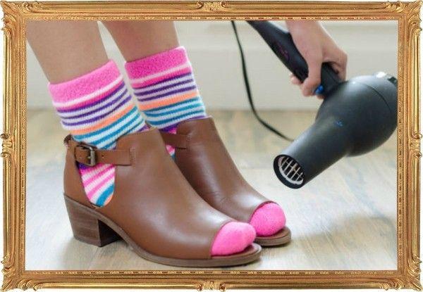 1. Новая пара обуви оказалась мала? Надевайте обновку с носками поплотнее и включайте фен. В течение нескольких минут прогревайте проблемные места. Это должно помочь экстренно «разносить» тугие экземпляры.