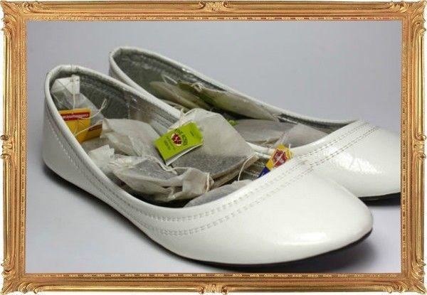 16. Пакетированный чай отлично подойдет для оперативной дезодорации обуви. Оставьте несколько пакетиков внутри туфель на ночь. С утра неприятного запаха не будет и в помине.