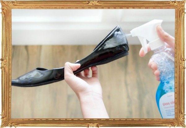 10. Вернуть блеск лаковой обуви поможет средство для чистки стёкол.