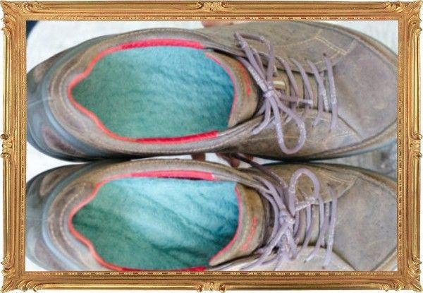 11. Не расстаётесь с любимыми кедами или ботинками даже зимой? Срочно утеплите их стельками из шерсти. Кстати, это может помочь и в том случае, если обувь велика.
