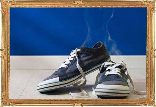 18. Нестандартный трюк для экстренного спасения вашей обуви от неприятного запаха. Купите наполнитель кошачьего туалета — эти небольшие камешки обладают прекрасными абсорбирующими свойствами. Наполните средством старые носки и оставьте на ночь в обуви.