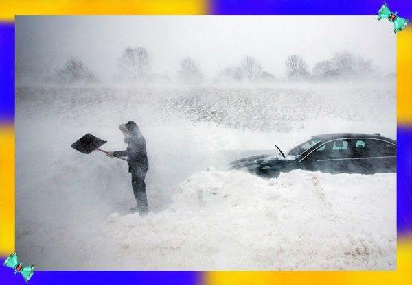 3. Во время снежной бури не бросайте автомобиль до тех пор, пока буран не стихнет. В авто ваши шансы на выживание значительно выше. Запускайте двигатель на 10 минут каждый час. Так вы сэкономите бензин, не дадите вашему аккумулятору разрядиться, а двигателю — остыть. Если вы находитесь в темноте, то светите чем-либо, чтобы вас было легче найти.