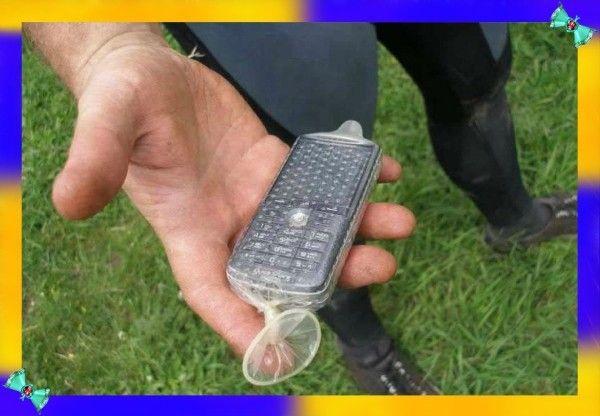 12. Презервативы — удобный резервуар для воды. Благодаря своей эластичности и прочности, презервативы могут прекрасно заменить сосуд для жидкости. Их можно использовать и ровно наоборот — спрятать в них предметы вроде спичек или электроники, чтобы защитить от влаги.