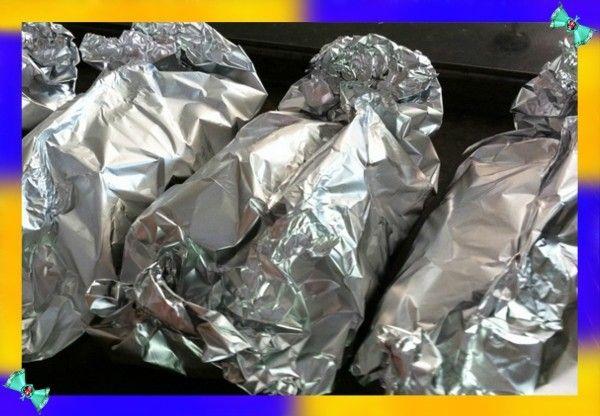 8. Пищевая фольга может заменить посуду. Если у вас нет посуды для приготовления на костре, то воспользуйтесь фольгой. Естественно, нам необходима пищевая фольга из алюминия, а не целлофан от шоколадки. Еду следует завернуть и положить на угли или прямо в пламя.