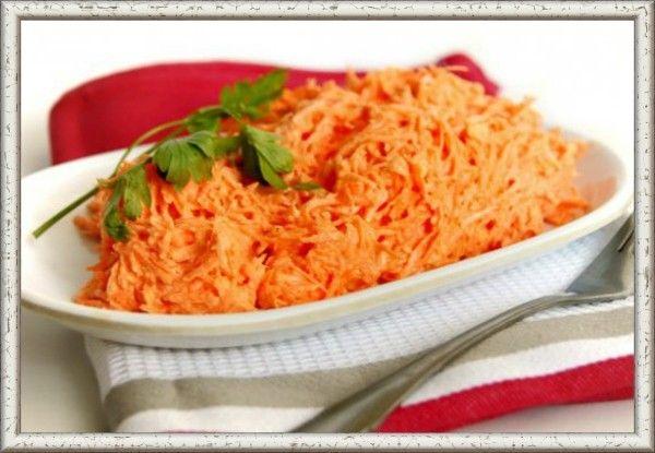 9. Морковный салат с майонезом и чесноком. Морковь (200 г) помыть, очистить и натереть на мелкой терке. 2 дольки чеснока пропустить через пресс. Перемешать тертую морковь, чеснок, соль и 2 ст. л. майонеза.