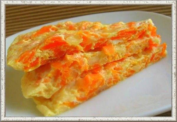 13. Омлет с морковью. Одну крупную морковь, нарезанную на кусочки произвольной формы, припустить в небольшом количестве молока (1/2 стакана) и сливочного масла, провернуть через мясорубку и смешать с яичной массой, подготовленной для омлета (6 яиц взболтать, посолить и размешать с 1/2 стакана молока). Смешанную с морковью яичную массу запечь на сковороде или на противне.
