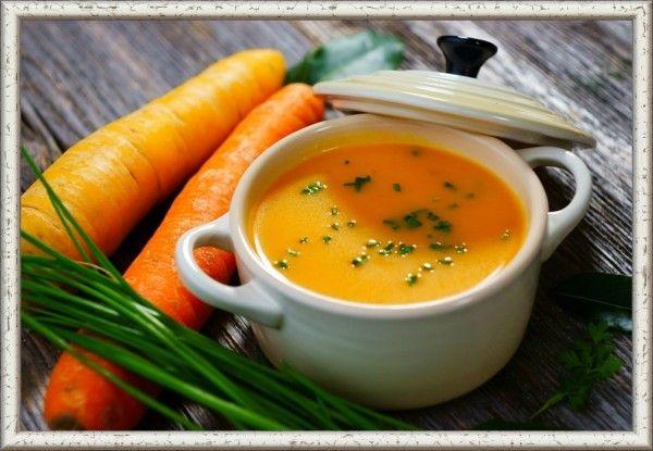 1. Морковный суп. Нарезать небольшими кусочками 2 стебля сельдерея и 2 белые части лука порей. Припустить с ложкой оливкового масла и 2 ложками воды. Добавить измельченные 8 корнеплодов морковки. Еще пару минут потушить. Долить 400 г овощного бульона. Варить до мягкости моркови на среднем огне. Отправить в блендер. Чуть-чуть присолить и добавить кайенского перца.