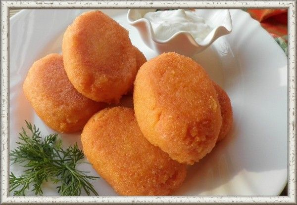 10. Морковные котлеты с рисом или пшеном. Нарезать некрупно 70г моркови и потомить с небольшим количеством воды до мягкости, затем пюрировать блендером. Из 75г пшена или риса и 190 мл воды приготовить вязкую кашу, добавить морковную массу, сахар, сливочное масло, яйцо, подсолить, сформовать котлетки. Обвалять котлеты в сухарях, затем на раскаленной сковороде обжарить. Подавать со сметаной.