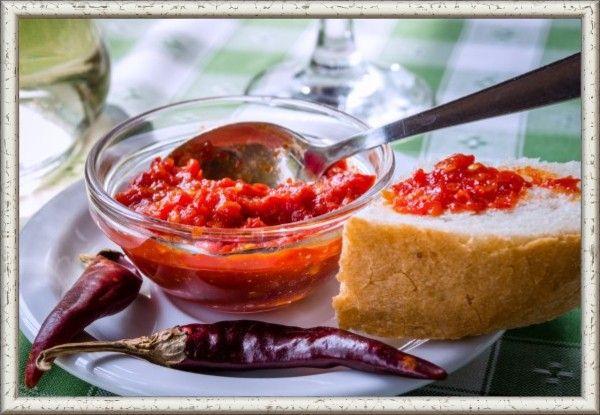1. Сацебели по-домашнему. Помыть, просушить и мелко порубить зелень (петрушка или кинза 1 пучок), 6 зубчиков чеснока пропустить через пресс или очень мелко нарезать. Добавить к зелени. Туда же отправить специи (хмели-сунели, соль, красный, черный, болгарский сухой молотый перец) и томатную пасту (200 г). Постепенно добавить воду (100 г), соус должен получиться густой консистенции. В последнюю очередь добавить 7 г уксуса (виноградного или яблочного) и посолить. Оставить настояться на час-другой.