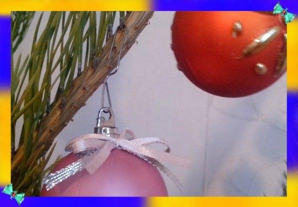 16. На скрепки можно вешать елочные игрушки на елку или куда угодно. Скрепками можно крепить гирлянду там, где вам захочется.