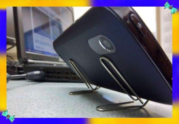 7. С помощью одной-двух скрепок можно сделать недорогую подставку для телефона при просмотре видео или для съемок фотографий или видео. А из фигурных скрепок могут получиться уникальные фенечки-украшения для мобильника.