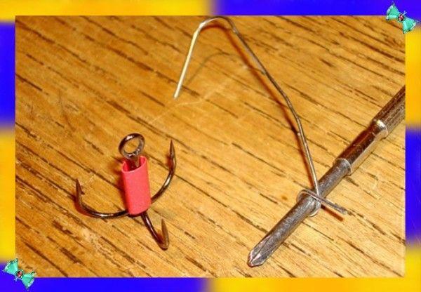 10. Скрепка может заменить крючок для ловли рыбы. Много на него не поймать, но на котелок ухи хватит.