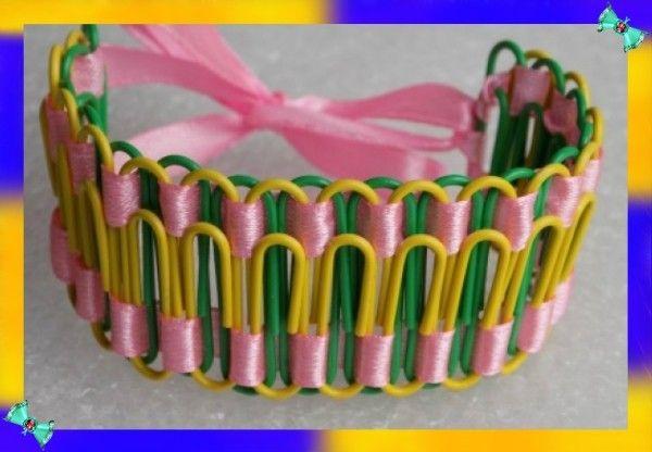 4. Скрепки двух цветов можно сплести атласной лентой - получится оригинальный браслет.