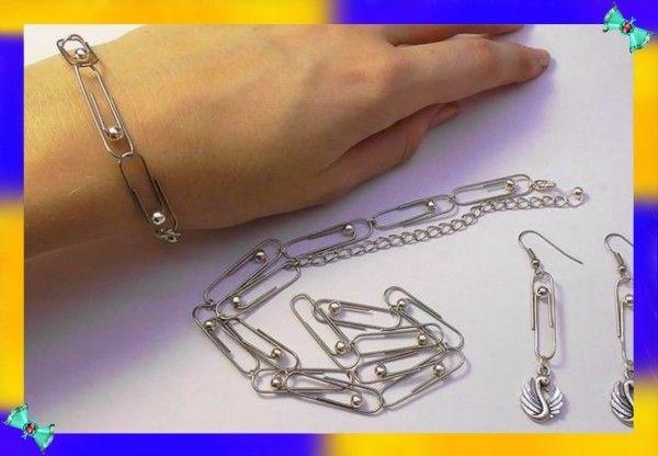 5. Из скрепок можно изготовить бусы, браслеты, броши и сережки – получится целый рукотворный комплект, сделанный в одном стиле, к тому же и абсолютно неповторимый. А еще скрепка может заменить сломанный замочек на бусах, ожерелье или браслете.