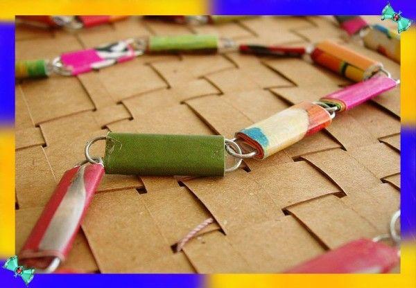 2. Самое классическое применение скрепок – это декоративные шторы. Каждая из скрепок украшается цветными полосками, нарезанными из открыток или журналов,  и сцепляется вертикальными рядами.