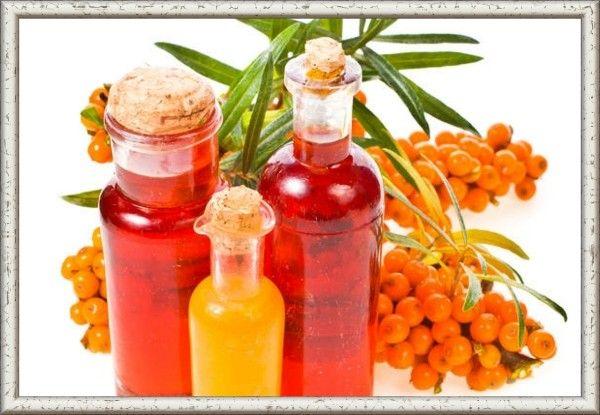 14. Облепиховое масло из сока.  Зрелые ягоды измельчить пестиком, залить тёплой ( 40°С) водой, прогреть до  90°С и пропустить через соковыжималку. Полученный сок пастеризуют. После суточного отстаивания снимают верхний густой оранжевый слой, заливают его подсолнечным маслом и оставляют на 3-4 дня, чтобы отстоялось. Затем снимают сверху масло. Оставшуюся смесь можно ещё 3-4 раза заливать тёплой водой и снова давать отстаиваться.