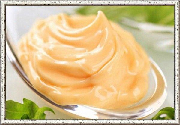 13. Традиционный соус с хреном. Продукты: 0.5 стакана измельченного корня хрена, 0.5 стакана бульона или горячей воды, 1 натёртое яблоко, 1 ст. л. уксуса, 0.5 ч. л. сахарной пудры, 2-3 ложки кефира или кислого молока. Приготовление: Смешать все составляющие соуса, если нужно – подсолить. Оставить на 20 минут для насыщения вкуса.