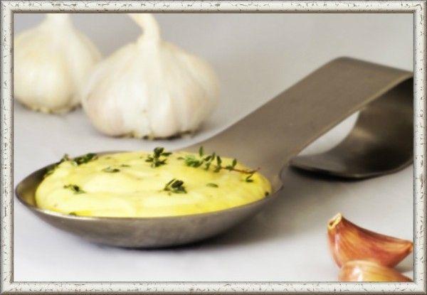 """11. Чесночный соус """"Муждей"""".  Продукты: 1 головка чеснока, 0.5 стакана воды, 1-2 ст. л. оливкового масла, соль и уксус по вкусу. Приготовление: чеснок почистить и растереть. Растёртый чеснок развести в половине стакана воды, можно взять  мясной бульон, добавить уксус и соль по вкусу. Если соус немного настоится, то будет ещё колоритнее. Добавить оливковое масло и можно подавать к мясным блюдам."""