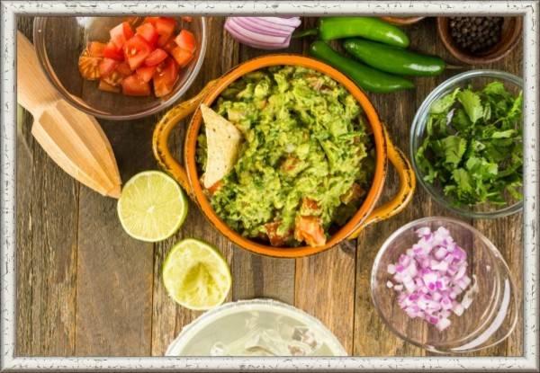 7. Соус «Гуакамоле». Продукты: 4 перца чили, 3 авокадо, 2 помидора, 1 луковица, 1 пучок кинзы или петрушки, ½ лайма, соль по вкусу. Приготовление: помидоры очистить и мелко нарезать. Чили избавить от семян и измельчить вместе с луком и кинзой. В большой ступке пестиком превратить чили, кинзу, помидоры и лук в однородную пасту. Слегка посолить и снова перемешать. Добавить одну-две столовые ложки воды и сок половины лайма, чтобы смесь стала более жидкой. Очистить авокадо, удалить косточки, нарезать мякоть небольшими кубиками. Добавить к пасте из чили и помидоров и тщательно все размять.