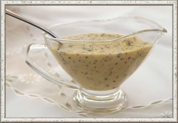 2. Соус из сушеных белых грибов. Продукты: 1 горсть сушеных белых грибов, 1 луковица, 2-3 ст. ложки сметаны, 3 ст. ложки муки, 75 г сливочного масла, зелень укропа, соль и молотый перецпо вкусу. Приготовление: сушеные белые грибы залить водой на 1-2 часа. Затем жидкость слить, набрать в кастрюлю свежей воды, и варить грибы около часа. Бульон сохранить. Лук очистить, мелко нарезать и обжарить на сливочном масле до мягкости. Добавить грибы и жарить 10-15 минут. Помешивая смесь венчиком, постепенно всыпать муку. Следить, чтобы не было комочков.  Не прекращая мешать, влить столько бульона, чтобы получился соус желаемой густоты. Добавить сметану, измельченный укроп и специи. Грибной соус прогреть и снять с огня.