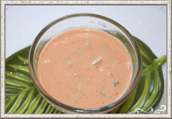 3. Соус «Тысяча островов». Продукты: 1 стакан майонеза, 1/4 стакана кетчупа, 2 столовые ложки белого уксуса, 1 столовая ложка сахарного песка, 1 столовая ложка сладкого маринада, 2 столовые ложки измельченного лука, 1/4 чайной ложки соли, щепотка перца. Приготовление: смешать ингредиенты в блендере или кухонном  комбайне  до однородной массы. Должен получиться нежный, розовый соус. Добавить 2 столовые ложки воды, чтобы сделать соус более жидким и достичь необходимой консистенции. Посолить по вкусу. Охладить соус. Перелить в герметичный контейнер и поставить в холодильник на час. Периодически соус нужно перемешивать, чтобы сахар растворился, а ароматы смешались.