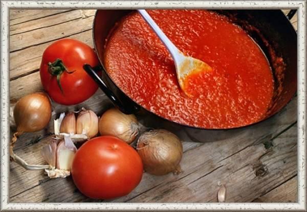 """14. Соус """"Суго"""".  Продукты: 1 кг помидоров, 3 зубка чеснока, 1 луковица, 1 болгарский перец, 1/2 шт. перца чили, 100 г томатной пасты, 2 веточки базилика, 3 ст. л. тростникового сахара, 1/2 ст. л. соли, 2 ст. л. оливкового масла, 2 ст. л. бальзамического уксуса. Приготовление: с  помидоров снять кожицу, окунув их на минутку в кипяток, а потом в холодную воду, предварительно надсечь их крест-накрест. Овощи нарезать  произвольно. В сотейник с толстым дном налить масло и выложить  чеснок и лук. Когда масло станет ароматным, выложить перец и потомить немного. Добавить помидоры и уваривать смесь  минут 30. Посолить и положить сахар. В конце варки добавить базилик. Взбить соус блендером. Добавить томатную пасту. Проварить ещё минут 10 и, добавив уксус, снять с огня."""