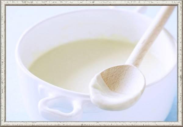 4. Бешамель. Продукты: 1/4 ч. ложки белого перца, 1/4 ч. ложки соли, щепотка мускатного  ореха, 300 мл молока, 2 ст. ложки сливочного масла, 2 ст. ложки муки.  Приготовление: растопить масло в кастрюле. Добавить муку и обжаривать 2 минуты на медленном огне. Медленно влить молоко и перемешать, тушить до загустения. Положить специи и варить еще 2 минуты.