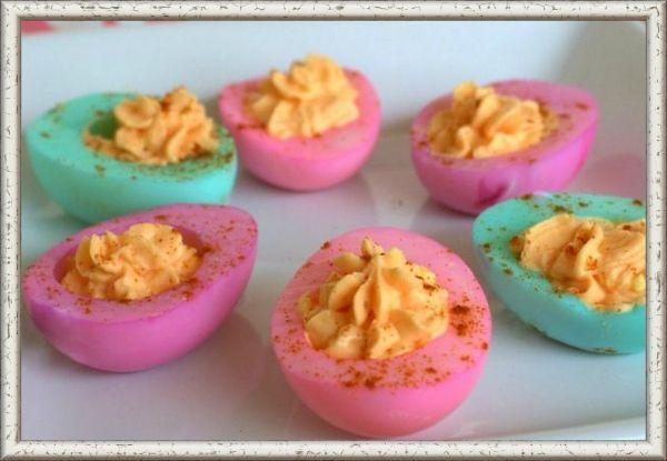 2. Лодочки. Печень трески с обжаренным луком   желток. Белки можно окрасить соком свеклы или пищевыми красителями. Закуска получится не только вкусной, но и необычной.