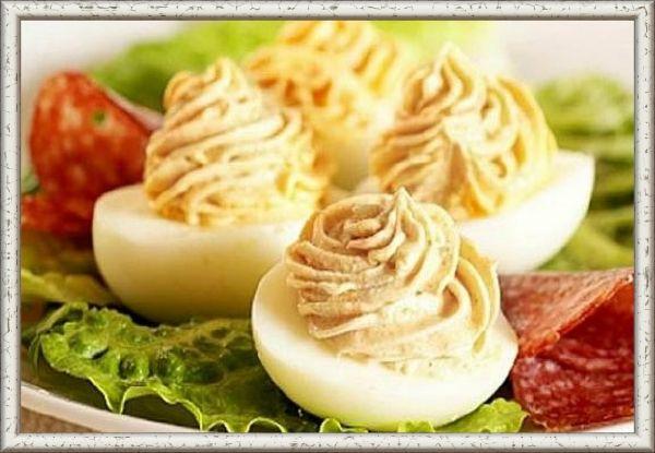 20. Нежность. Паштет   желток и майонез. Любой паштет прекрасно сочетается со вкусом яичного желтка. Наполнять половинки белка можно при помощи кондитерского мешочка.