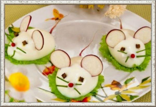 4. Мышата. Желток и немного белка с майонезом   горчица и соленый огурец. Цветочки гвоздики для глазок, зеленый лук для усов, а кружочки редиса для ушек. Даже мышиный хвостик можно сделать из хвостика редиса.