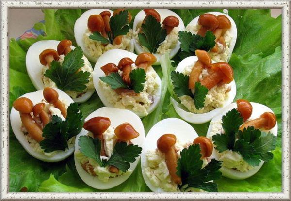 9. Грибная полянка. Желток с грибами, сыром и специями   майонез. Для украшения отобрать маленькие маринованные грибочки и зелень петрушки.