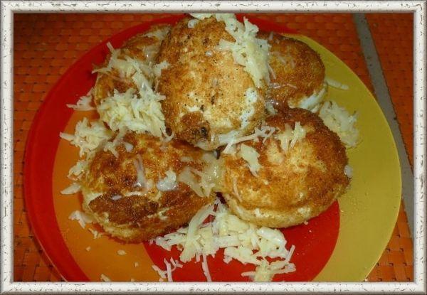 2. Любимые яйца. Продукты: 4 яйца, 20 г бекона, 1ст. ложка майонеза, 1/2 ч. ложки горчицы, панировочные сухари, подсолнечное масло, 50 г твердого сыра. Приготовление: отварить 3 яйца вкрутую, 1 яйцо оставить для кляра. Мелко нарезать  бекон, добавить майонез и горчицу. Яйца сварились и остыли, их надо почистить, разрезать вдоль и удалить желток. Отправить его к бекону. Тщательно перетереть желтки с беконом, майонезом и горчицей, подсолить по вкусу  и заполнить этой начинкой яйца. Затем соединить две половинки в целое яйцо, обмакнуть в сырое яйцо, затем в панировочные сухари, опять в яйцо сырое и в сухари. Обжарить в большом количестве масла, следить, чтобы они обжарились со всех сторон. Выложить на тарелку и посыпать тертым сыром.