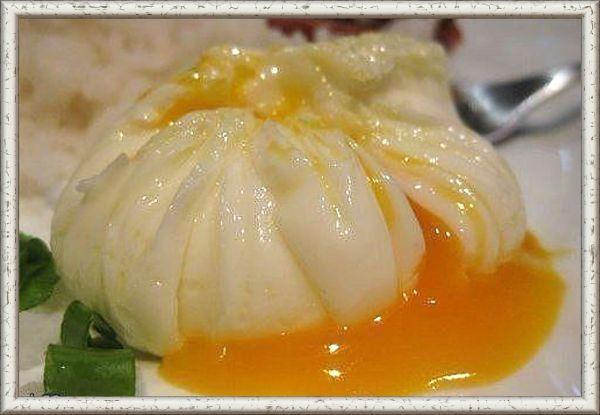 16. Яйца-пашот «мешочки». Приготовление: понадобится пищевая пленка, на каждое яйцо нужно отрезать прямоугольный кусочек пленки (приблизительно 15х15 см). Пленку разложить на доске и смазать оливковым маслом. Пленку выложить на небольшую пиалу, в углубление вылить яйцо, посолить. Собрать концы пленки вместе, завязать узелок или обвязать ниткой. В кастрюле вскипятить воду, убавить огонь и опустить в воду мешочки с яйцами. Варить 5-7 минут. Мешочки с готовыми яйцами вынуть из воды, аккуратно снять пищевую пленку и выложить яйца-пашот на блюдце.