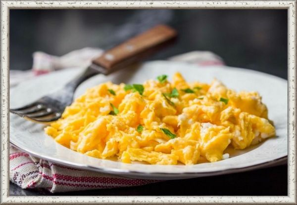 15. Яйца-скрембл с сыром. Продукты: 2 яйца, твердый сыр, масло сливочное - для обжарки. Приготовление: разогрейте сливочное масло в сковороде. Разбейте два яйца и жарьте постоянно помешивая. Где-то за минуту до готовности потрите в яйца ваш любимый сыр и продолжайте мешать пока сыр не расплавится.