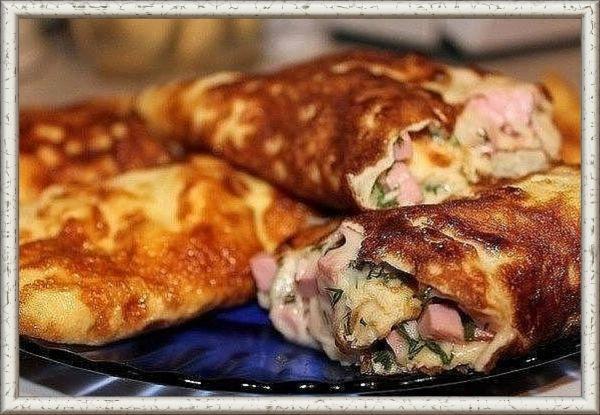 6. Омлет-рулет. Продукты: 2 яйца,  2 столовые ложки молока, мелко тертый сыр, мелко порезанная колбаска и зелень. Приготовление: хорошо взболтать яйца с молоком и вылить на разогретую сковороду. Убавить немного огонь и накрыть крышкой на пару минут. Выложить сыр, колбаску и зелень, сверху еще немного сыра, свернуть с помощью лопаток омлет в рулет и оставить швом вниз на сковороде на минутку.