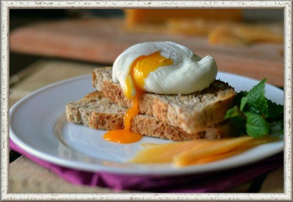 11. Яйцо пашот с тостом. Продукты: 1 яйцо, уксус - 1 ст. ложка, 1 ломтик хлеба, сливочное масло. Приготовление: возьмите небольшую кастрюлю, налейте в нее воды и добавьте уксус. Подогревайте воду до того момента, пока не начнут появляться маленькие пузырьки. В этот момент нужно помешать воду ложкой так, чтобы образовалась воронка, и в центр этой воронки разбить яйцо. Варите ровно две минуты, не позволяя воде сильно кипеть. Подавайте вместе с тостом и маслом, желательно соленым.