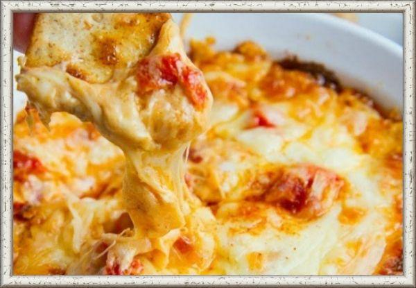 15. Запеченный красный перец с сыром. Смешайте красный перец, нарезанный кубиками, 4 столовые ложки сливочного сыра, шарик сыра моцарелла, стакан тертого твердого сыра, соль и черный перец в форме для выпечки и выпекайте при температуре 180 градусов до золотисто-коричневого цвета около 20-30 минут. Подавать блюдо нужно в горячем виде вместе с гренками.