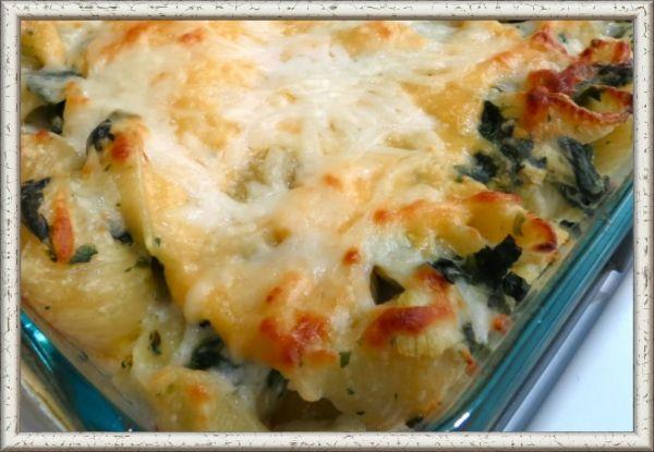 6. Макароны со шпинатом, артишоками и сыром. Разогрейте духовку и сварите в кастрюле макароны согласно инструкции на упаковке. Соберите в большой миске по половине чашки свежих артишоков и нарезанного шпината, лук, 3 зубчика чеснока. Добавьте тертый сыр пармезан, 1 чашку сыра моцарелла, 1 стакан тертого швейцарского сыра и сливочный сыр. Перемешайте это все со сваренными макаронами, положите в смазанную форму, добавьте сливки и выпекайте около 30 минут.