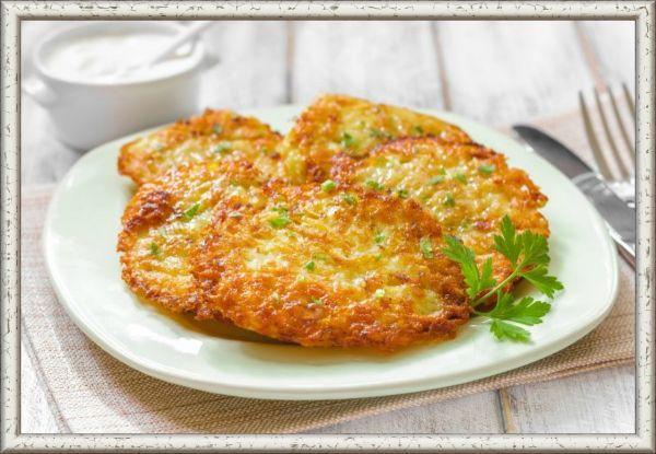 9. Драники с сыром. Для этого блюда нужно заранее приготовить картофельные драники. Разогрейте духовку. Смажьте форму для блюда сливочным маслом. В миске смешайте сливочное масло, соль, перец, лук, сливки, тертый мягкий сыр и добавьте в смесь драники так, чтобы они оказались полностью ею покрыты. Выпекайте 30-40 минут до появления золотистой корочки.