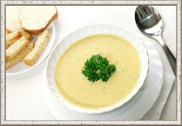 2. Суп с сыром. Возьмите кастрюлю, в которой собираетесь варить суп, и обжарьте в ней нарезанный кубиками лук с добавлением нескольких ложек оливкового масла. Когда лук приобретет коричневатый оттенок, поперчите его смесью перцев, посолите, введите томатную пасту и любимую приправу. Через минутку введите в блюдо консервированные помидоры, зелень (базилик, петрушку), сахар-песок. Через полчаса готовый суп щедро посыпьте тертым сыром и взбейте с помощью блендера до однородной массы. Очень вкусно подавать такой суп с сухариками и гренками.