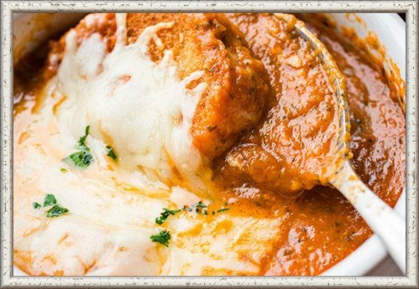 13. Томатный крем-суп с сыром. Суповой горшок поставьте на огонь, добавьте 3-4 столовые ложки оливкового масла, лук в кубиках и обжаривайте, пока лук не станет коричневого цвета. Добавьте итальянскую приправу, черный и красный перец, щепотку соли и томатную пасту и готовьте смесь в течение минуты. Затем добавьте, помешивая, консервированные помидоры, свежую петрушку, базилик, сахар. Варите на медленном огне 20 минут. После посыпьте сверху тертым сыром и взбейте суп блендером до кремовой консистенции. После по желанию в суп можно добавить гренки или сухари.