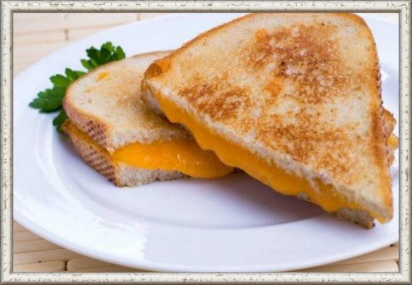 3. Сандвич с сыром. Простой и быстрый завтрак получится из хлеба для сандвичей. Нарежьте 2 или 3 пары тонких ломтиков белого хлеба, положите внутрь каждой пары кусочек сыра и отправьте на несколько минут на сковороду или в тостер. Хлеб должен подрумяниться, а сыр расплавиться.