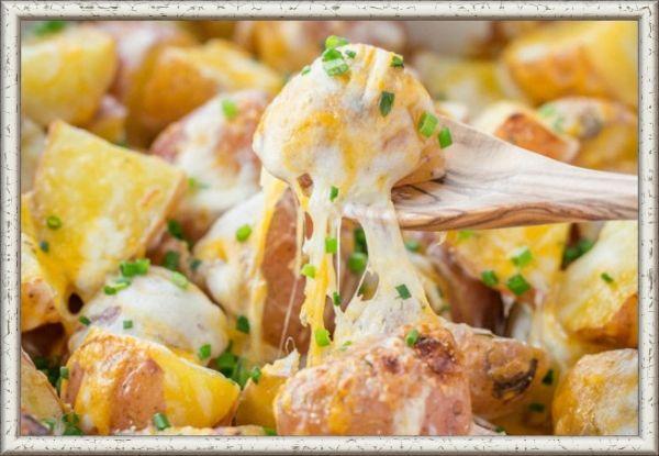12. Запеченный картофель с сыром. Нарежьте картофель на половинки или четвертинки (зависит от размера) и сварите. Выложите вареный картофель в форму для выпекания и залейте натуральным йогуртом. Посыпьте солью, перцем и измельченным чесноком. Выпекайте 20-25 минут. Достаньте картофель из духовки, посыпьте его сверху 1 чашкой тертого сыра (можно нескольких видов) и верните обратно в духовку на 2-3 минуты, пока сыр не расплавится.
