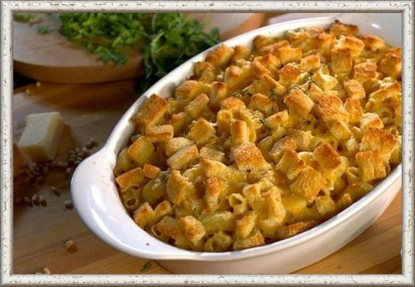 11. Макароны с сыром и сухариками. В кастрюле с подсоленной водой отварите макароны до состояния al dente. Добавьте 3 ст.л. сливочного масла в сковороду и растопите на огне. Добавьте чеснок и обжаривайте его 30 секунд, затем бросьте туда измельченные сухари и жарьте смесь 3-5 минут, часто помешивая. В кастрюле, где варились макароны, растопите 4 ст.л. сливочного масла. Добавьте муку. Убавьте огонь и варите 1 минуту, помешивая. Постепенно добавляйте молоко и доведите смесь до кипения, часто помешивая, пока соус не загустеет. Перемешайте этот соус с сыром, перцем и солью. Положите макароны в форму, залейте соусом и равномерно посыпьте поджаренными крошками. Выпекайте 20 минут.