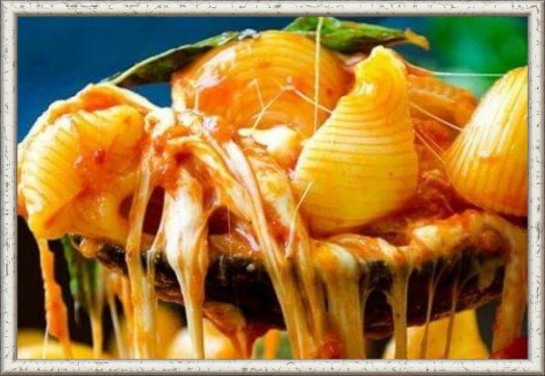 7. Макароны с томатами и сыром моцарелла. Сварите макароны в соответствии с инструкцией на упаковке, промойте их, процедите, оставив немного воды в кастрюле. Нагрейте оливковое масло в большой кастрюле на среднем огне. Обжарьте на ней виноград, помидоры с добавлением томатной пасты. Добавьте в смесь немного молока и перемешайте. Поместите макароны в кастрюлю с этой смесью и еще раз перемешайте. Добавьте туда 3 шара сыра моцарелла и накройте крышкой на 2 минуты. В конце бросьте в кастрюлю листья базилика и снова перемешайте. Украсить блюдо можно свежими листьями мяты.