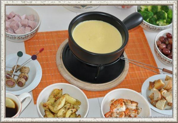 1. Сырное фондю. Для того чтобы приготовить фондю, добавьте нарезанные кубиками сыр гауда и швейцарский сыр в миску и перемешайте с кукурузным крахмалом и перцем. Протрите горшок для фондю чесноком. Налейте в него 1,5 стакана белого сухого вина, столовую ложку коньяка и разогрейте на среднем огне. Когда жидкость начнет закипать, добавьте сыр, медленно помешивая. Приправьте соус мускатным орехом и перцем. Подержите его на медленном огне до готовности. Подавайте фондю с круассанами или гренками.