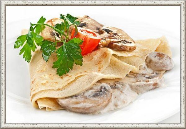 13. Грибная с сырным соусом. Ингредиенты: 500 г шампиньонов, 250 г твёрдого сыра, 1 средняя луковица, 2 столовые ложки муки, 2 столовые ложки сметаны, 1,5 стакана молока, соль и перец по вкусу, растительное масло для жарки. Приготовление: шампиньоны и лук мелко нарезать и обжарить на растительном масле. Добавить муку и перемешать. Затем влить молоко, ввести сметану, посолить и поперчить. Тщательно перемешать и довести до кипения. Намазать получившейся начинкой блины, свернуть их рулетами и уложить в форму для запекания. Посыпать тёртым сыром и отправить в духовку на 15 минут при температуре 200 °С.