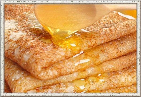 6. Медовая. Ингредиенты: 500 г творога, 2 ст. л. мёда, немного грецких орехов и изюма. Приготовление: творог смешать с мёдом и взбить в блендере до кремовой консистенции. Добавить измельчённые грецкие орехи и промытый изюм. Тщательно перемешать. Начинить блины и поджарить на сливочном масле до золотистой корочки.