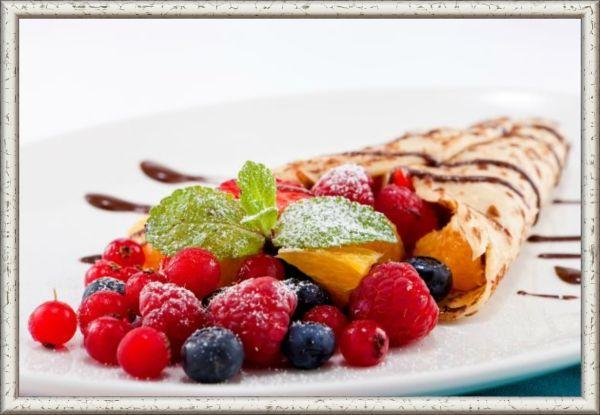 1. Ягодная — микс. Ингредиенты: по стакану малины, смородины, вишни (без косточек) или других любимых ягод, 2 средних яблока, 0,5 стакана сахарной пудры, 0,5 стакана измельчённых грецких орехов, 4 столовых ложки изюма. Приготовление: ягоды помыть и выложить на бумажное полотенце, чтобы высохли. Яблоки очистить, удалить сердцевину и натереть на крупной тёрке. Затем смешать их с орехами, пудрой и изюмом. Соединить ягоды и яблочную смесь. Начинять блины ягодным миксом, сворачивая их конвертиком или треугольником.