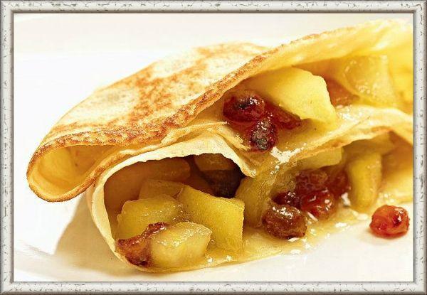 10. Яблочная. Ингредиенты: 4 средних яблока, 50 г сахарной пудры, 50 г молочного шоколада, 15 мл воды. Приготовление: яблоки помыть, удалить сердцевину и нарезать небольшими ломтиками. В сотейнике соединить воду, сахарную пудру и яблоки. Довести до кипения и варить в течение 5 минут на медленном огне, пока яблоки не станут мягкими. Подсластить по вкусу. Дать немного остыть и добавить кусочки шоколада. Завернуть начинку в блины и уложить их на противень, выложенный пергаментной бумагой. Сверху посыпать сахарной пудрой и отправить на несколько минут в горячую духовку, чтобы сахар карамелизовался и образовалась хрустящая корочка.